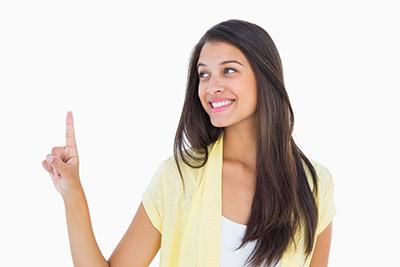 Fiatal mosolygó hölgy gesztusvezérel